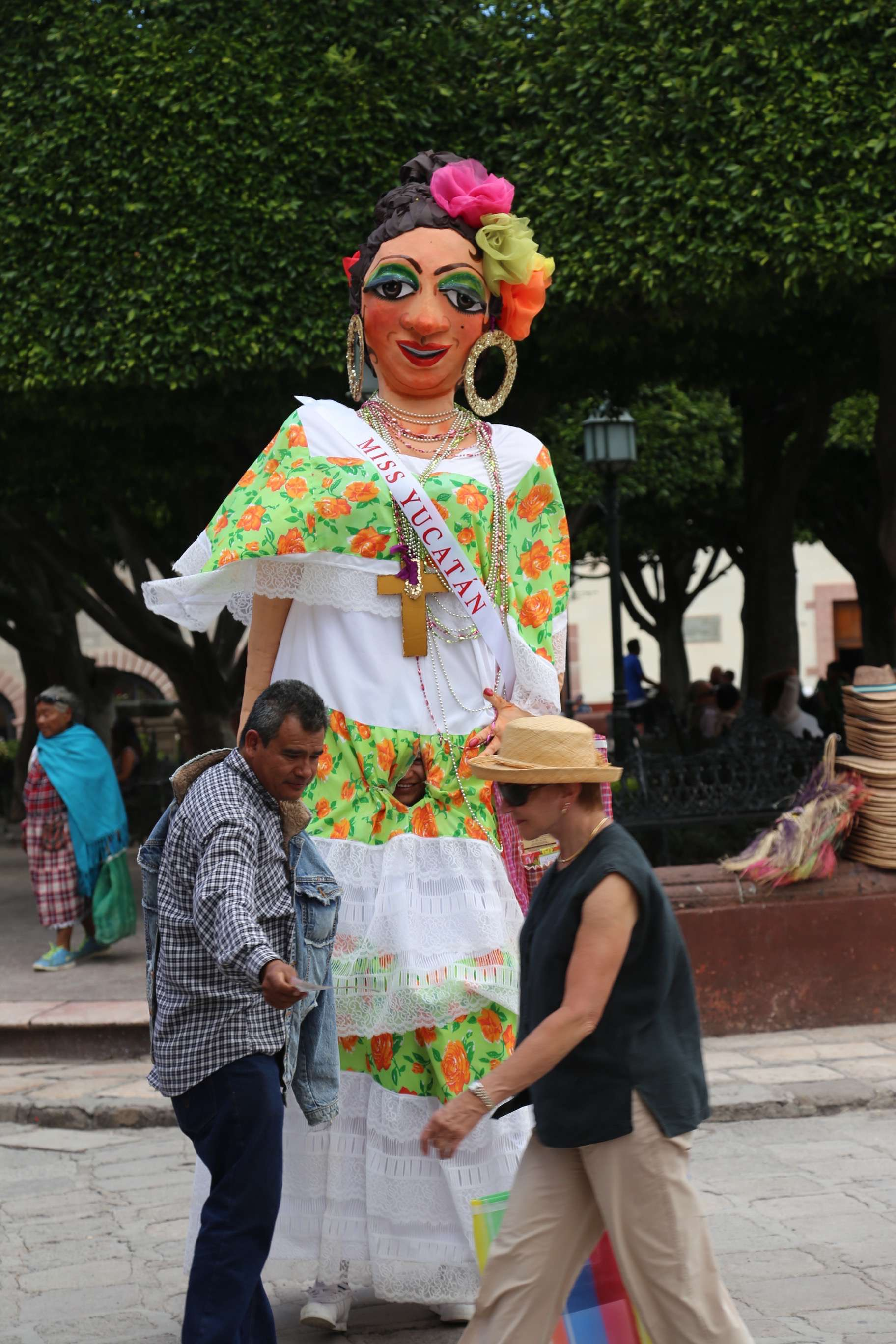 Often found in El Jardin, these 'dolls' pose for pictures with tourists.