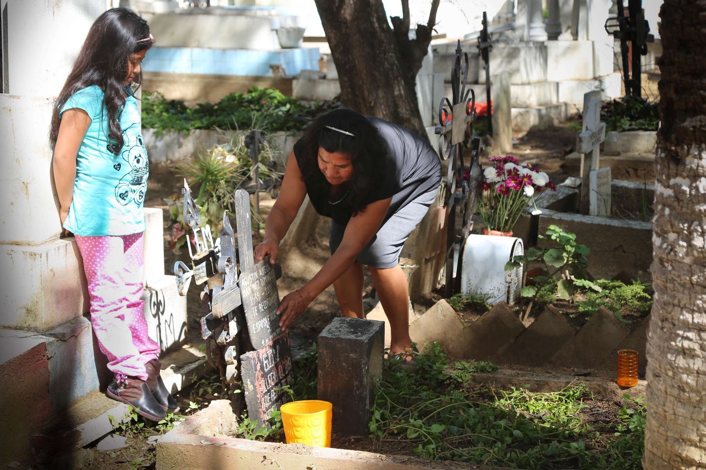 During the day, before Dia de los Muertos get underway, families tend to the final resting place of their loved ones.