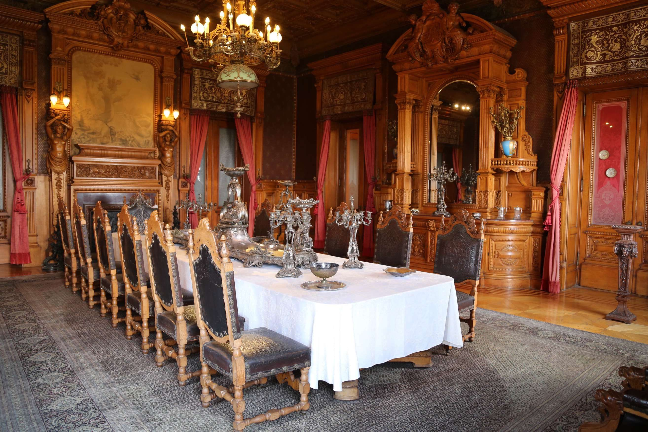 Dinner for 12 was not unusual at a gathering for the rich and powerful at Chapultepec Castle.