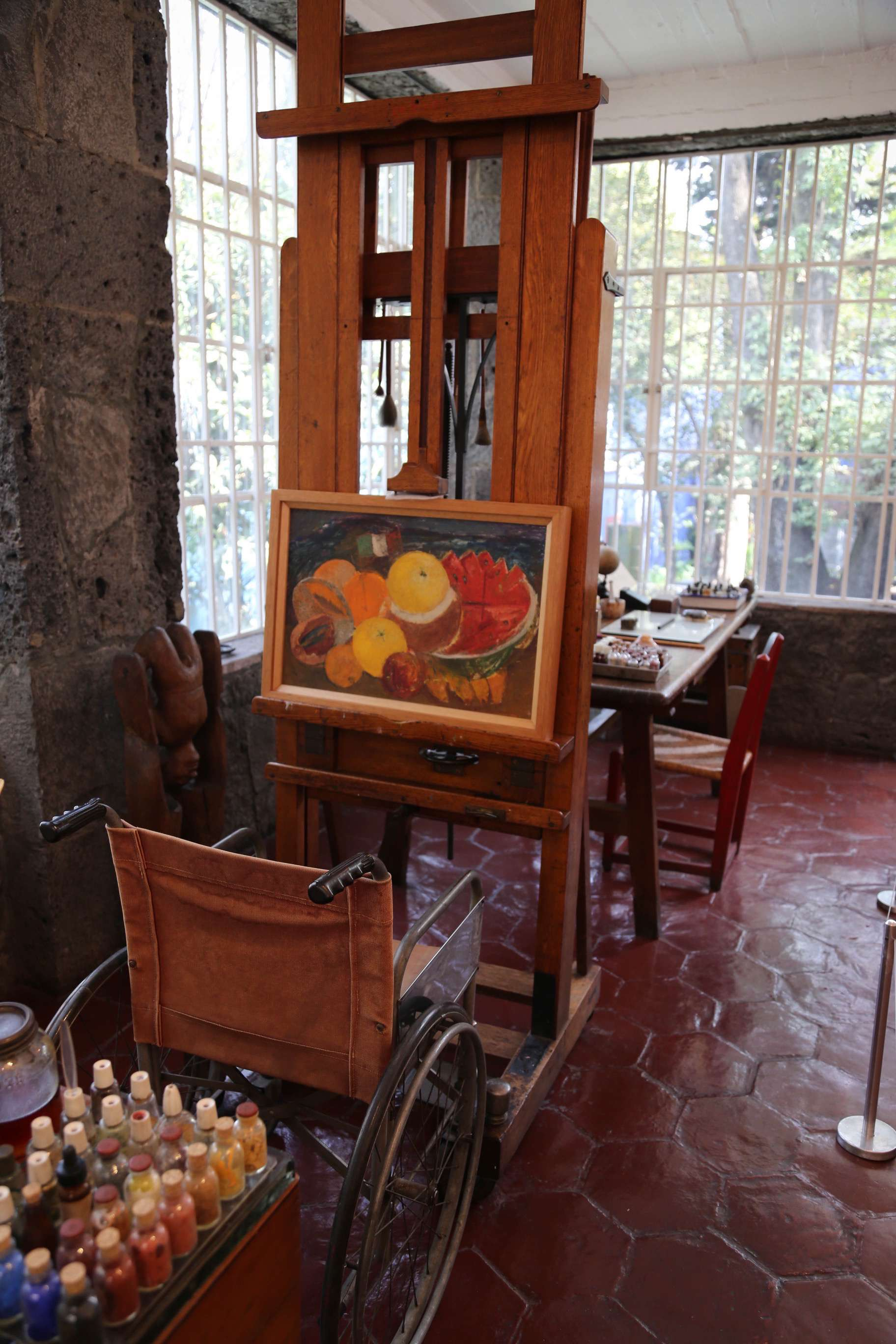 This ingenious easel was a gift from the Rockefellers who were fond of Frida, despite their frustration with Diego Rivera.