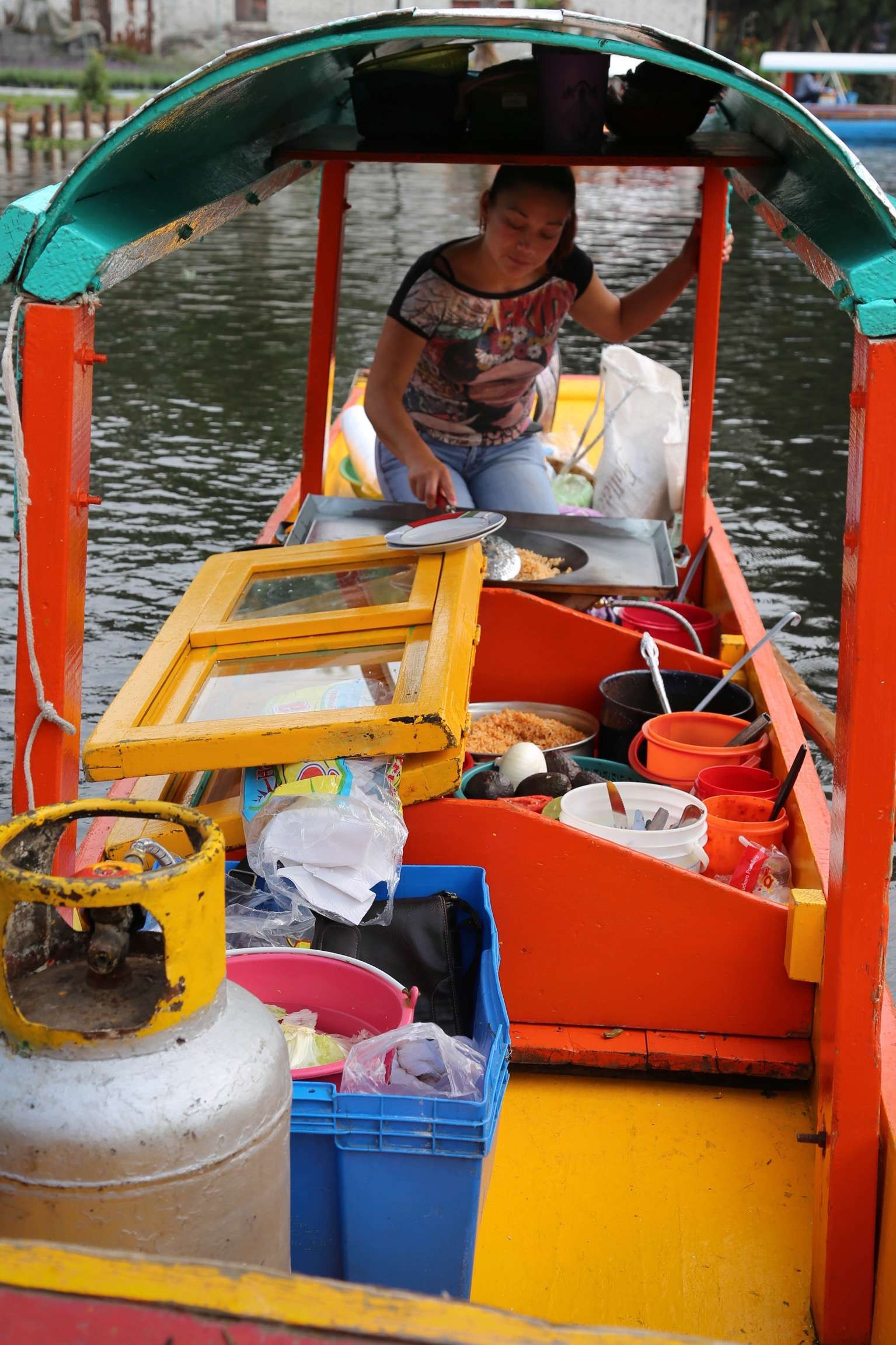 If you did not bring your own food and drinks, vendors are only to happy to cook up a delicious meal as you drift along the water.